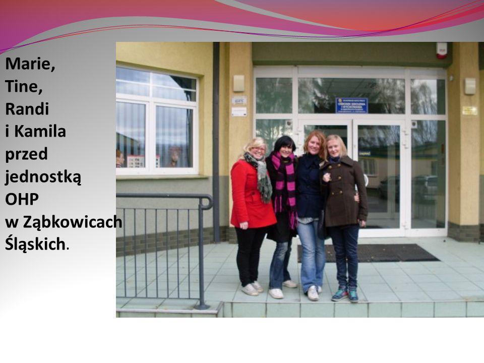 Marie, Tine, Randi i Kamila przed jednostką OHP w Ząbkowicach Śląskich.
