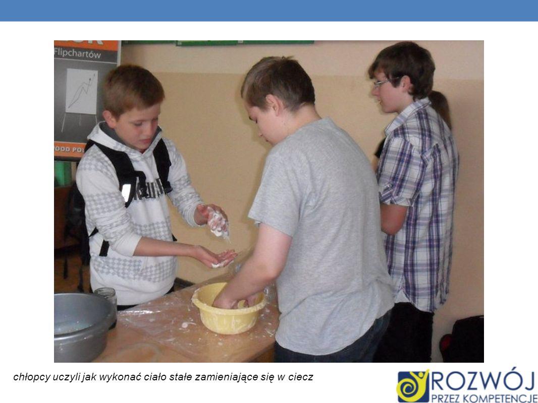 chłopcy uczyli jak wykonać ciało stałe zamieniające się w ciecz