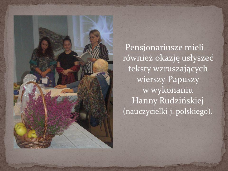 Pensjonariusze mieli również okazję usłyszeć teksty wzruszających wierszy Papuszy w wykonaniu Hanny Rudzińskiej (nauczycielki j.