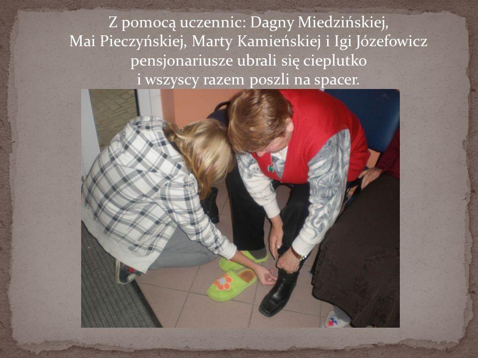 Z pomocą uczennic: Dagny Miedzińskiej, Mai Pieczyńskiej, Marty Kamieńskiej i Igi Józefowicz pensjonariusze ubrali się cieplutko i wszyscy razem poszli na spacer.