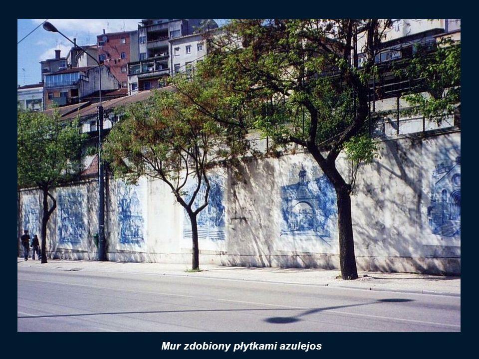 Mur zdobiony płytkami azulejos