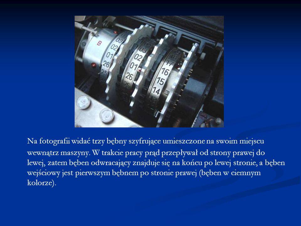 Na fotografii widać trzy bębny szyfrujące umieszczone na swoim miejscu wewnątrz maszyny.