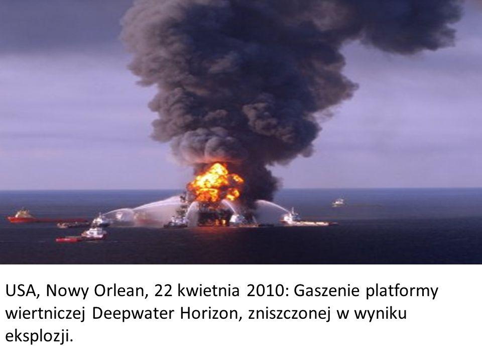 USA, Nowy Orlean, 22 kwietnia 2010: Gaszenie platformy wiertniczej Deepwater Horizon, zniszczonej w wyniku eksplozji.