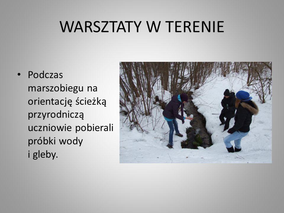 WARSZTATY W TERENIE Podczas marszobiegu na orientację ścieżką przyrodniczą uczniowie pobierali próbki wody i gleby.