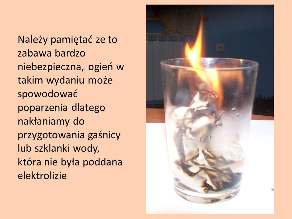 Należy pamiętać ze to zabawa bardzo niebezpieczna, ogień w takim wydaniu może spowodować poparzenia dlatego nakłaniamy do przygotowania gaśnicy lub szklanki wody, która nie była poddana elektrolizie