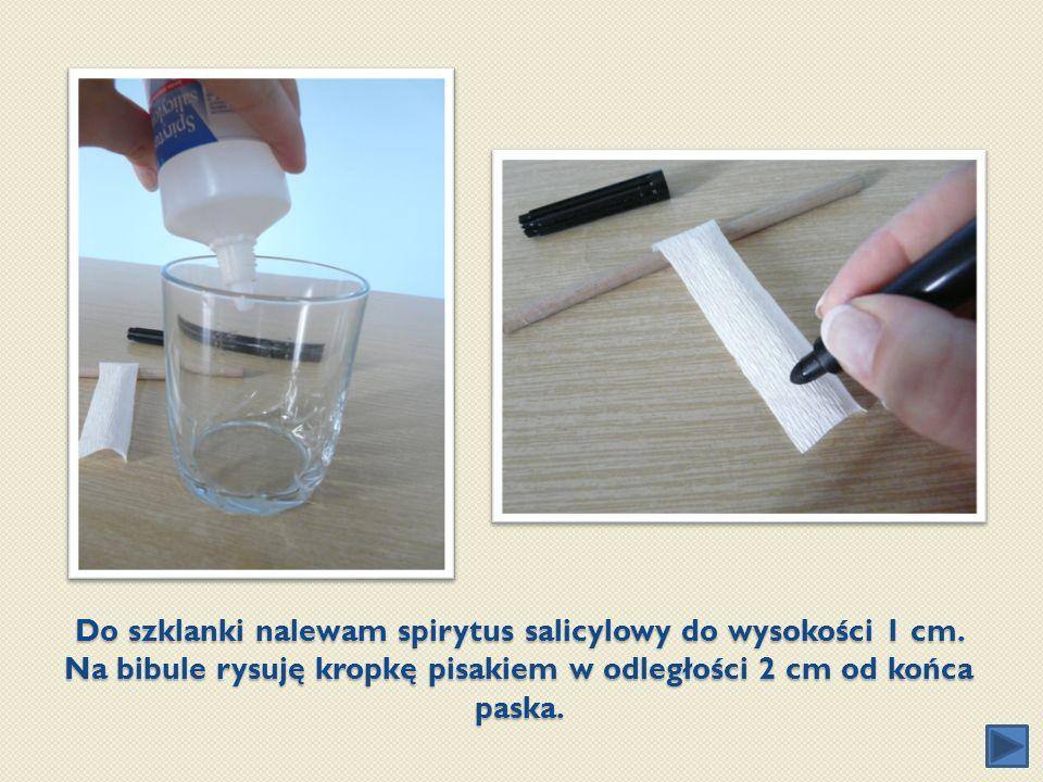Do szklanki nalewam spirytus salicylowy do wysokości 1 cm