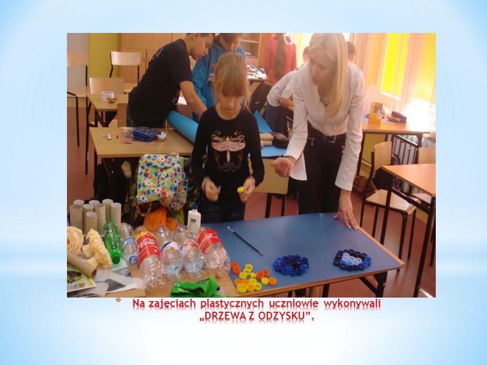 """Na zajęciach plastycznych uczniowie wykonywali """"DRZEWA Z ODZYSKU ."""