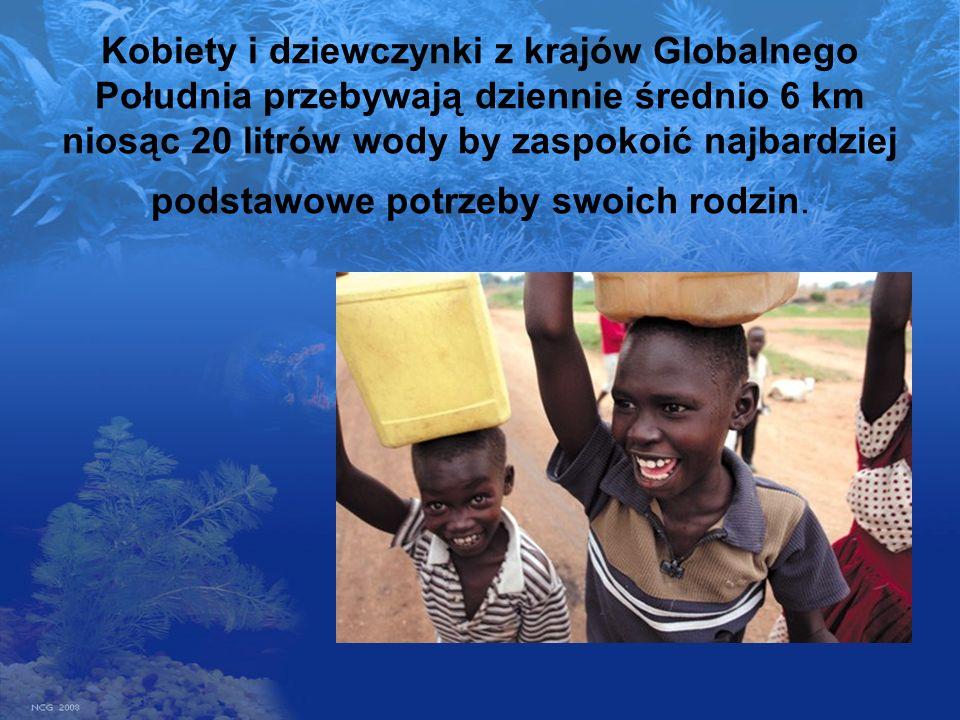 Kobiety i dziewczynki z krajów Globalnego Południa przebywają dziennie średnio 6 km niosąc 20 litrów wody by zaspokoić najbardziej podstawowe potrzeby swoich rodzin.
