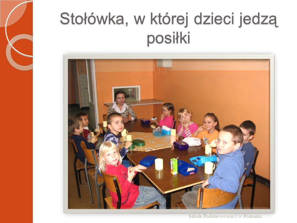 Stołówka, w której dzieci jedzą posiłki