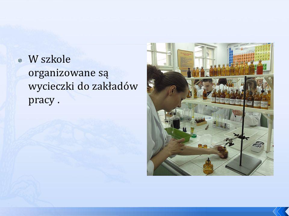 W szkole organizowane są wycieczki do zakładów pracy .