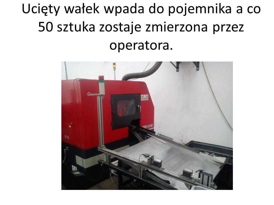Ucięty wałek wpada do pojemnika a co 50 sztuka zostaje zmierzona przez operatora.