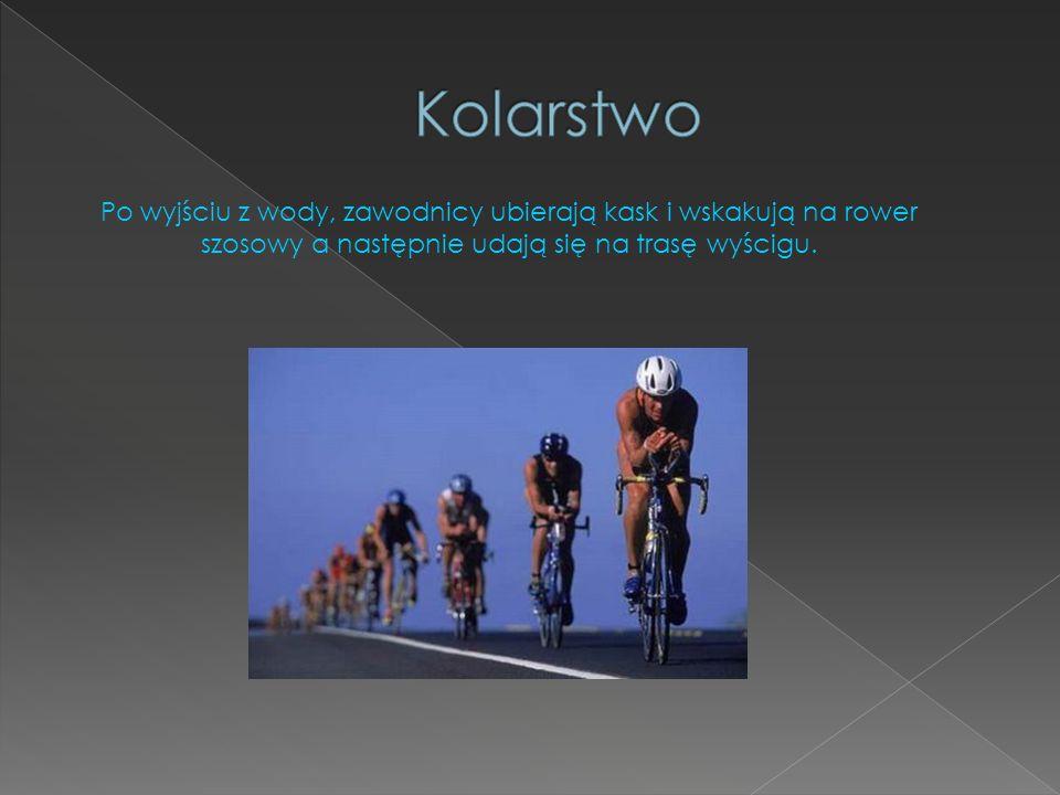 Kolarstwo Po wyjściu z wody, zawodnicy ubierają kask i wskakują na rower szosowy a następnie udają się na trasę wyścigu.