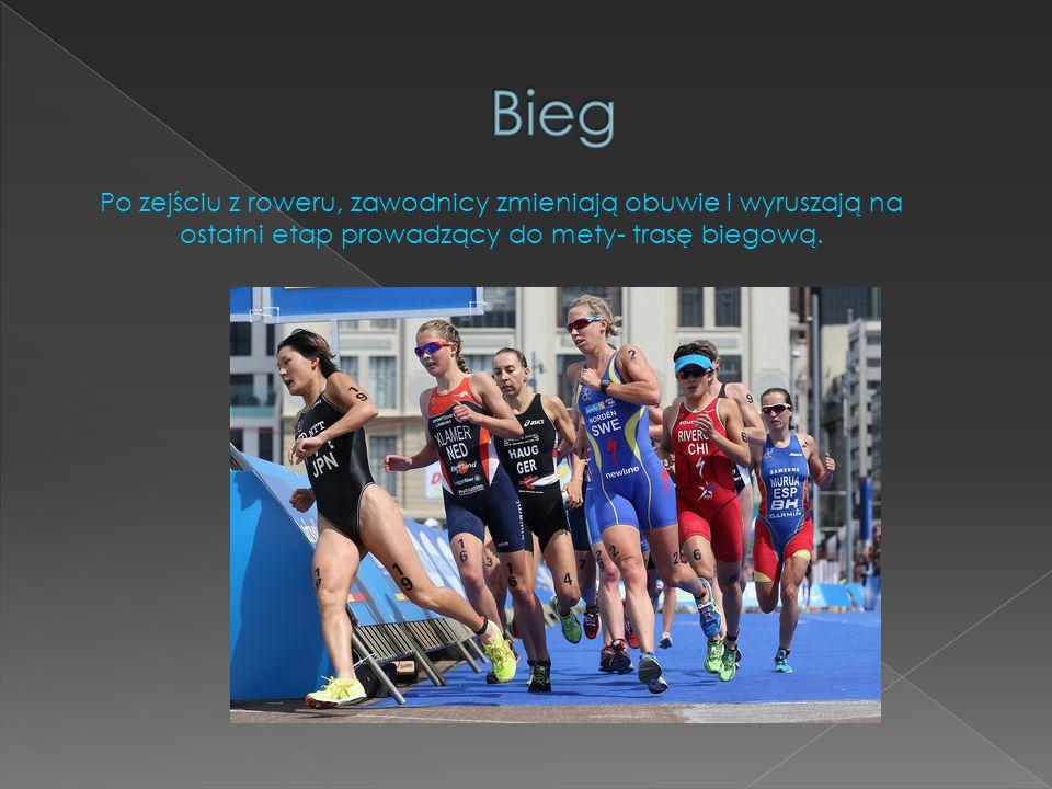 Bieg Po zejściu z roweru, zawodnicy zmieniają obuwie i wyruszają na ostatni etap prowadzący do mety- trasę biegową.