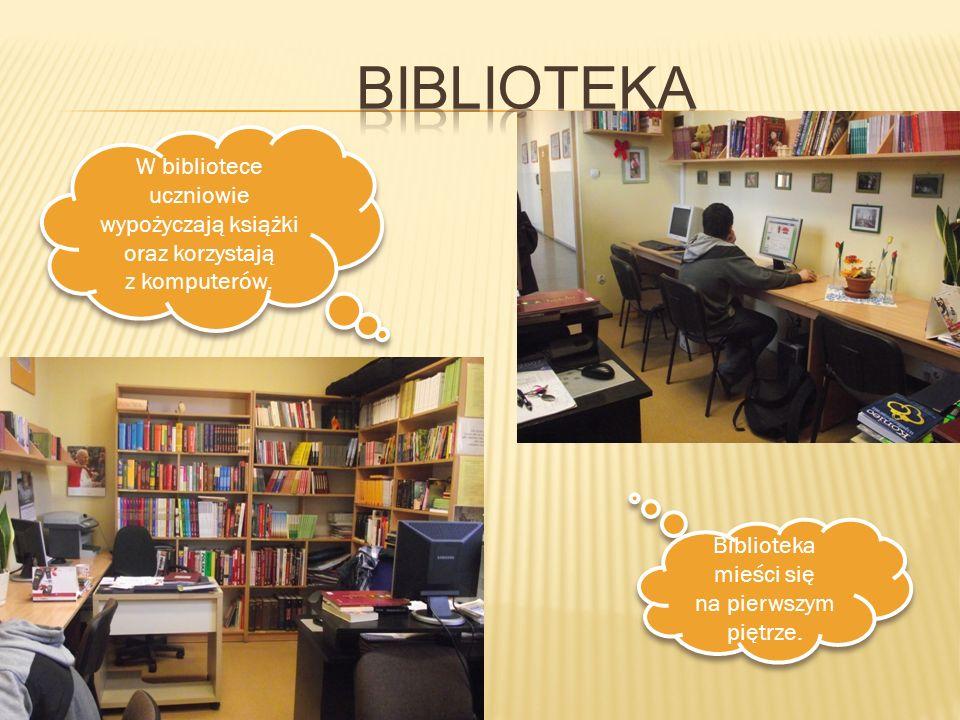 W bibliotece uczniowie wypożyczają książki oraz korzystają