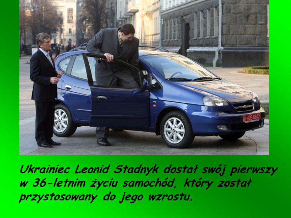 Ukrainiec Leonid Stadnyk dostał swój pierwszy w 36-letnim życiu samochód, który został przystosowany do jego wzrostu.