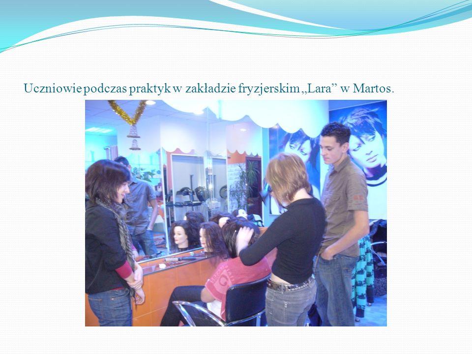 """Uczniowie podczas praktyk w zakładzie fryzjerskim """"Lara w Martos."""