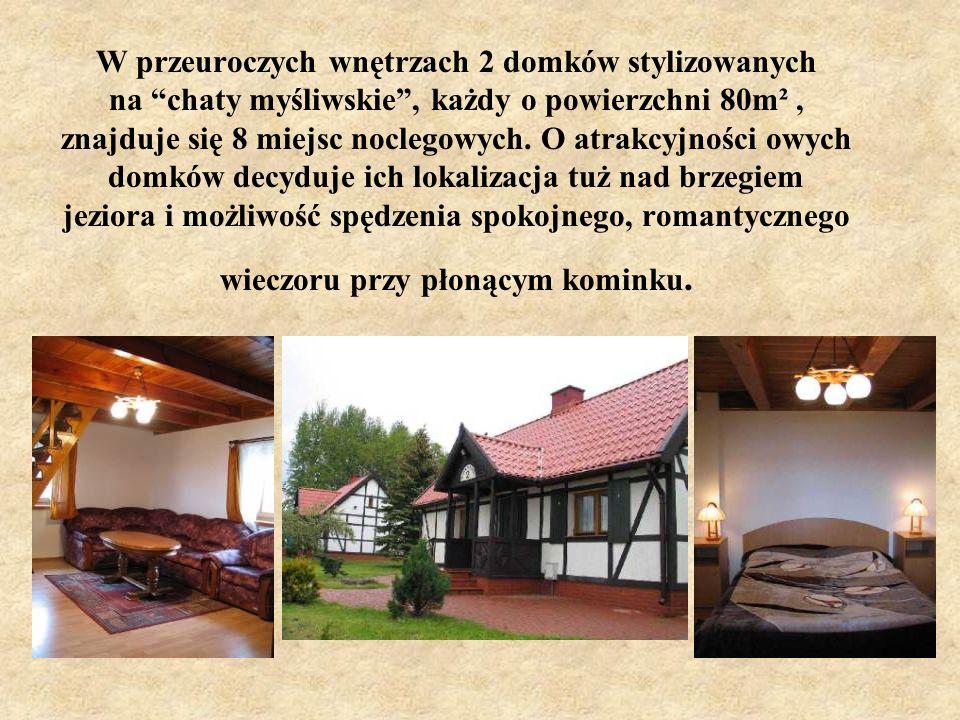 W przeuroczych wnętrzach 2 domków stylizowanych na chaty myśliwskie , każdy o powierzchni 80m² , znajduje się 8 miejsc noclegowych.