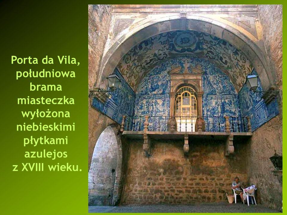 Porta da Vila, południowa brama miasteczka wyłożona niebieskimi płytkami azulejos z XVIII wieku.