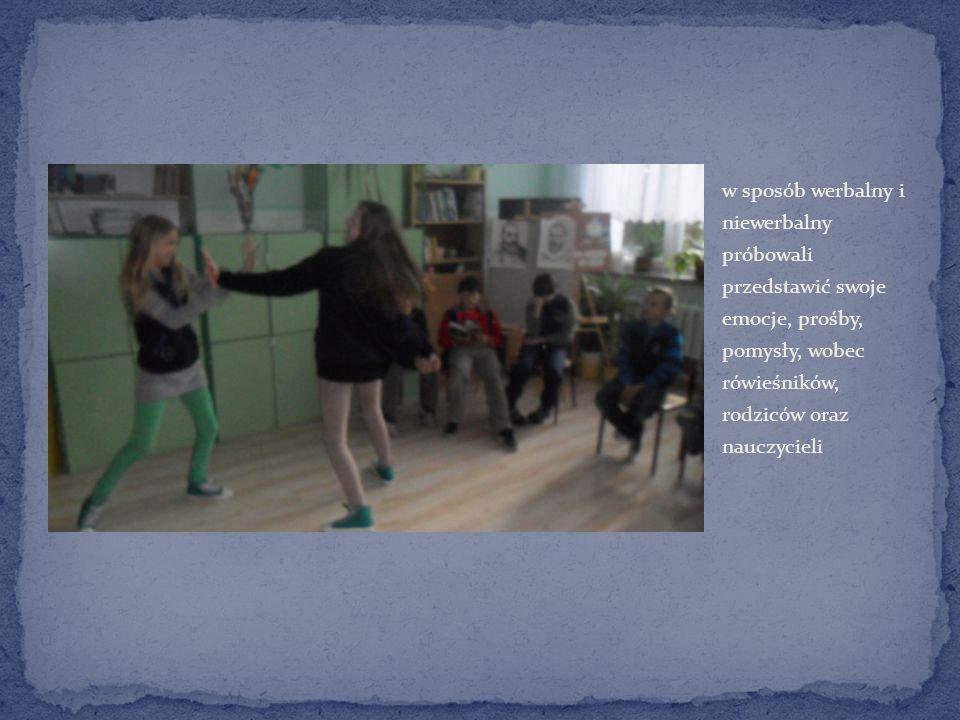 w sposób werbalny i niewerbalny próbowali przedstawić swoje emocje, prośby, pomysły, wobec rówieśników, rodziców oraz nauczycieli