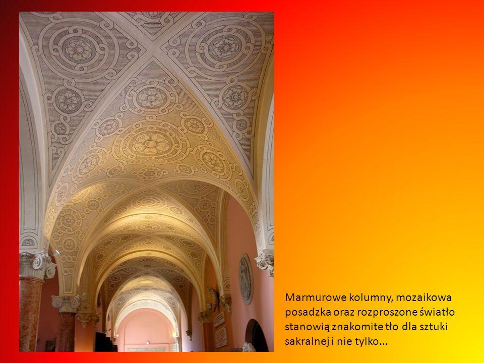Marmurowe kolumny, mozaikowa posadzka oraz rozproszone światło stanowią znakomite tło dla sztuki sakralnej i nie tylko...