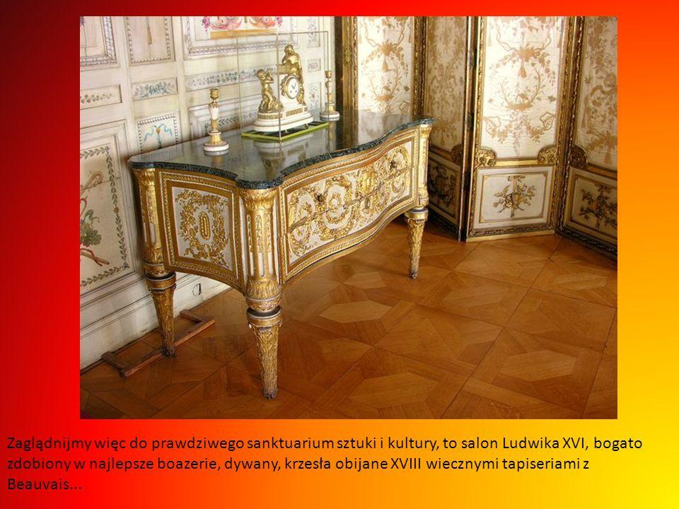 Zaglądnijmy więc do prawdziwego sanktuarium sztuki i kultury, to salon Ludwika XVI, bogato zdobiony w najlepsze boazerie, dywany, krzesła obijane XVIII wiecznymi tapiseriami z Beauvais...