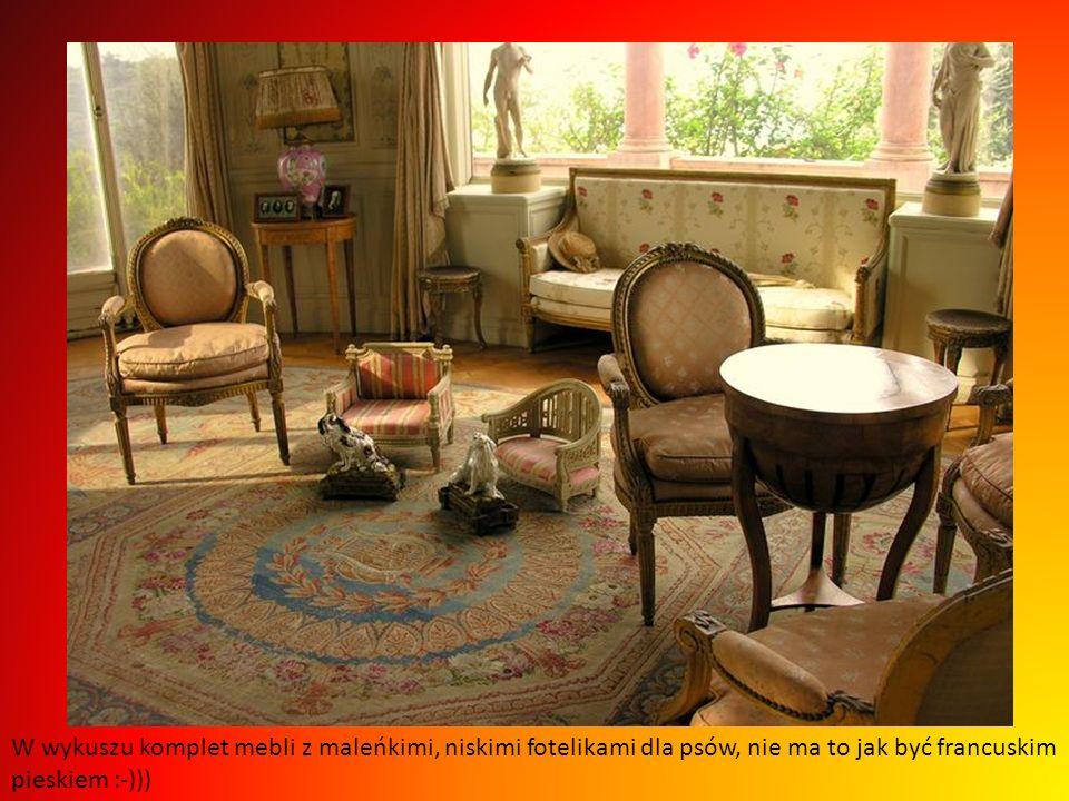 W wykuszu komplet mebli z maleńkimi, niskimi fotelikami dla psów, nie ma to jak być francuskim pieskiem :-)))