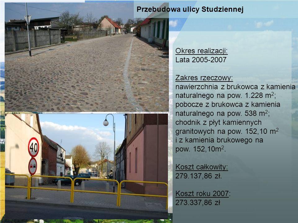 Okres realizacji: Lata 2005-2007. Zakres rzeczowy: nawierzchnia z brukowca z kamienia. naturalnego na pow. 1.228 m2;