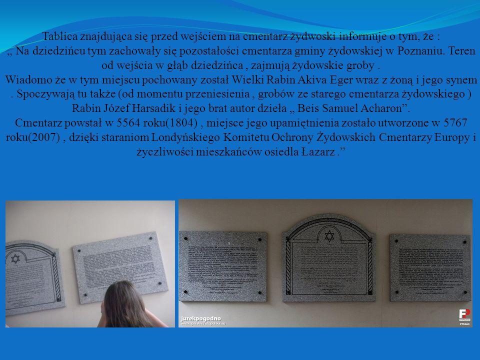 """Tablica znajdująca się przed wejściem na cmentarz żydwoski informuje o tym, że : """" Na dziedzińcu tym zachowały się pozostałości cmentarza gminy żydowskiej w Poznaniu."""