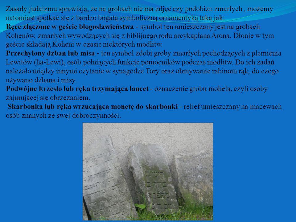 Zasady judaizmu sprawiają, że na grobach nie ma zdjęć czy podobizn zmarłych , możemy natomiast spotkać się z bardzo bogatą symboliczną ornamentyką taką jak: Ręce złączone w geście błogosławieństwa - symbol ten umieszczany jest na grobach Kohenów, zmarłych wywodzących się z biblijnego rodu arcykapłana Arona.