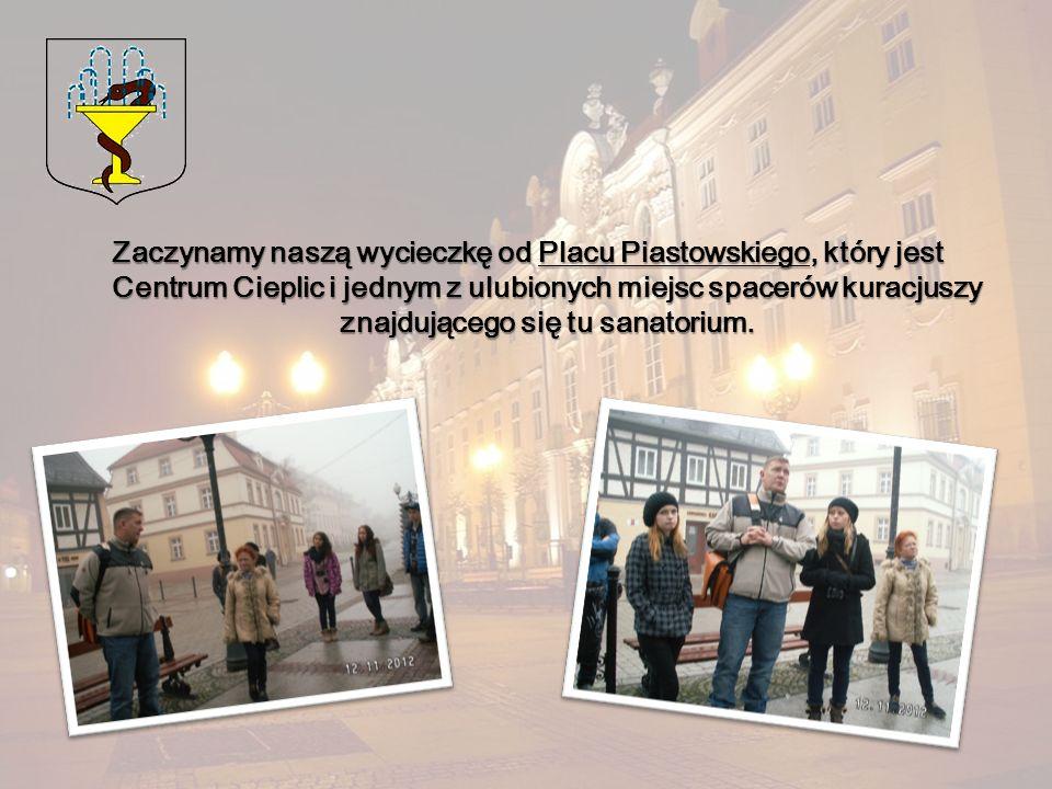 Zaczynamy naszą wycieczkę od Placu Piastowskiego, który jest Centrum Cieplic i jednym z ulubionych miejsc spacerów kuracjuszy znajdującego się tu sanatorium.