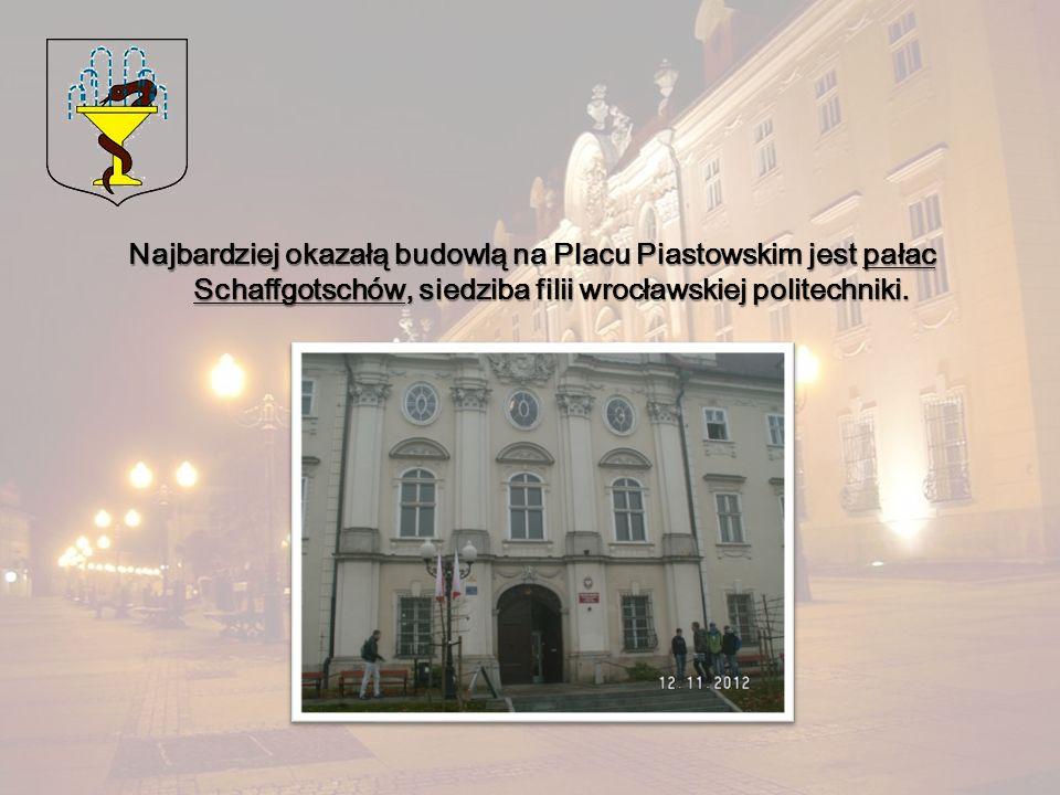 Najbardziej okazałą budowlą na Placu Piastowskim jest pałac Schaffgotschów, siedziba filii wrocławskiej politechniki.