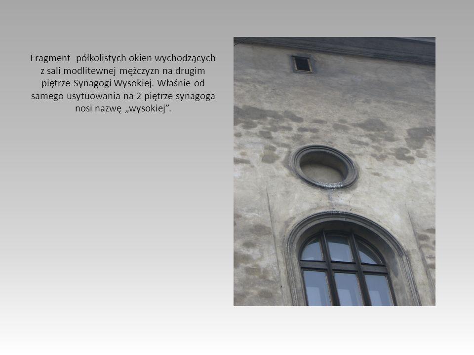 Fragment półkolistych okien wychodzących z sali modlitewnej mężczyzn na drugim piętrze Synagogi Wysokiej.