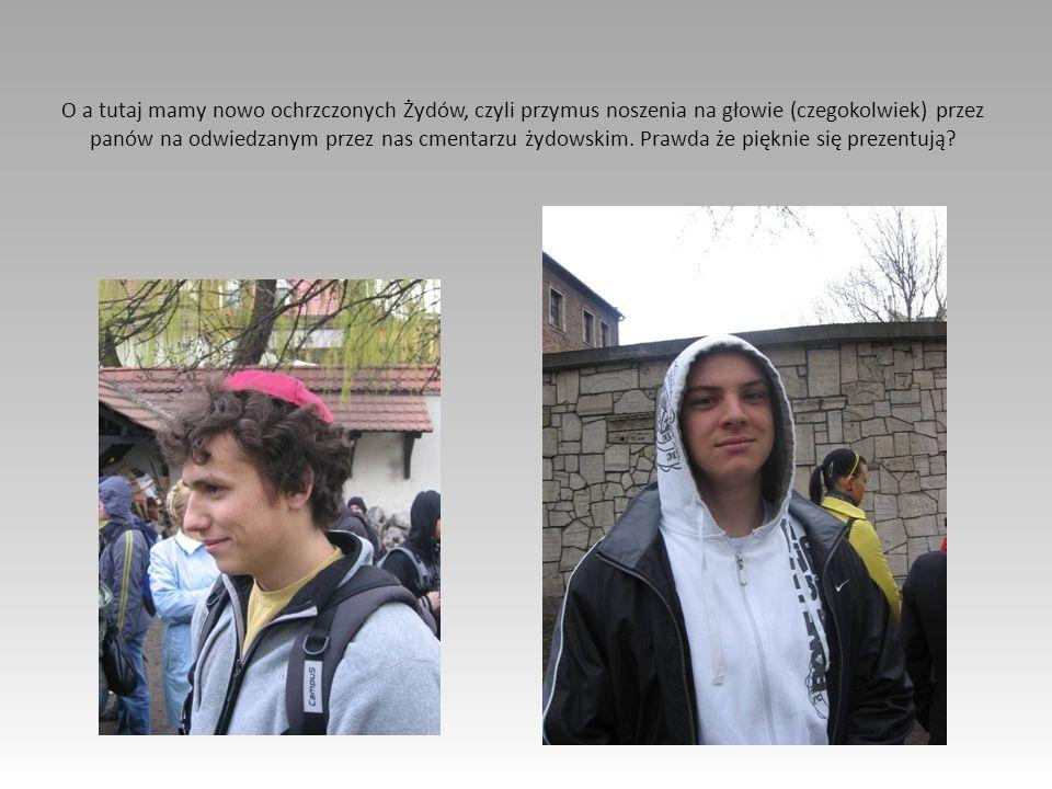 O a tutaj mamy nowo ochrzczonych Żydów, czyli przymus noszenia na głowie (czegokolwiek) przez panów na odwiedzanym przez nas cmentarzu żydowskim.