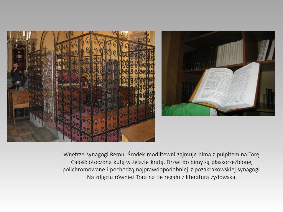 Wnętrze synagogi Remu.Środek modlitewni zajmuje bima z pulpitem na Torę.