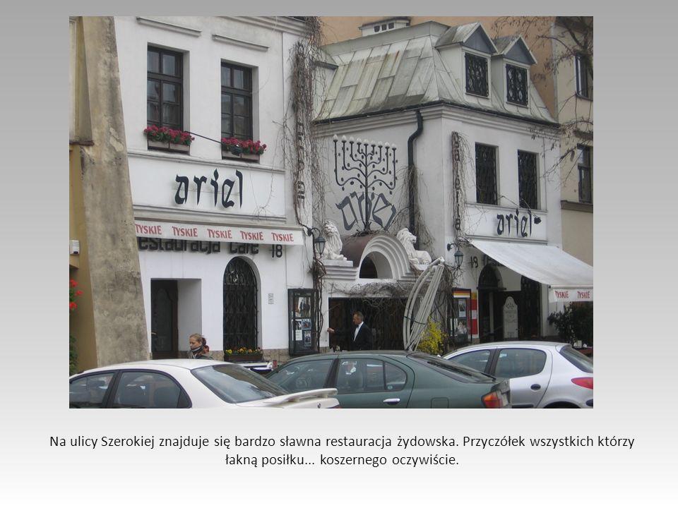 Na ulicy Szerokiej znajduje się bardzo sławna restauracja żydowska