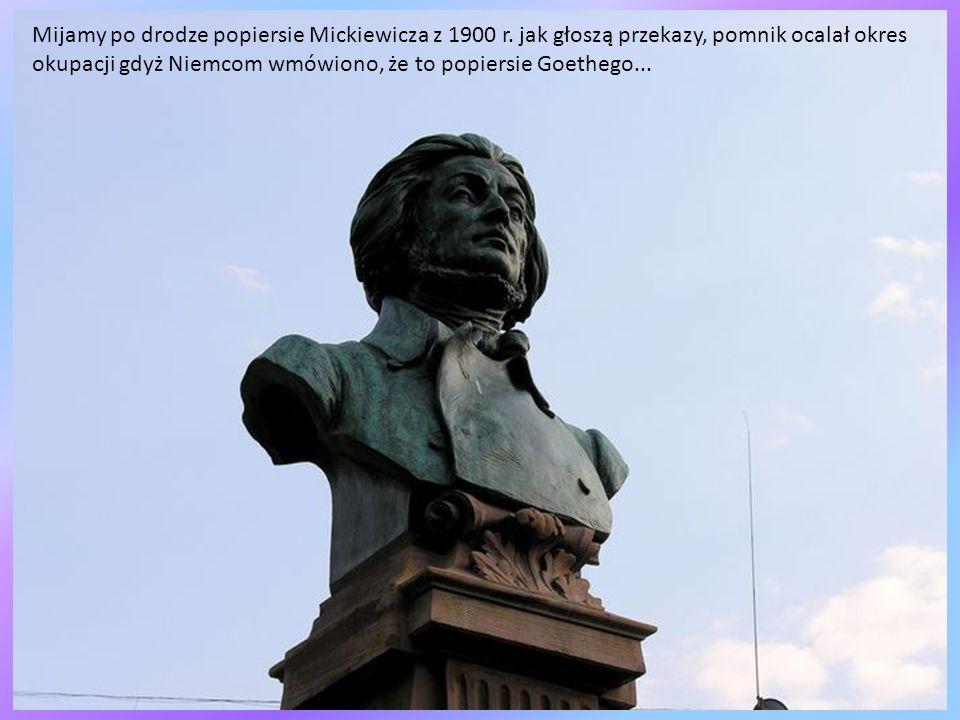 Mijamy po drodze popiersie Mickiewicza z 1900 r