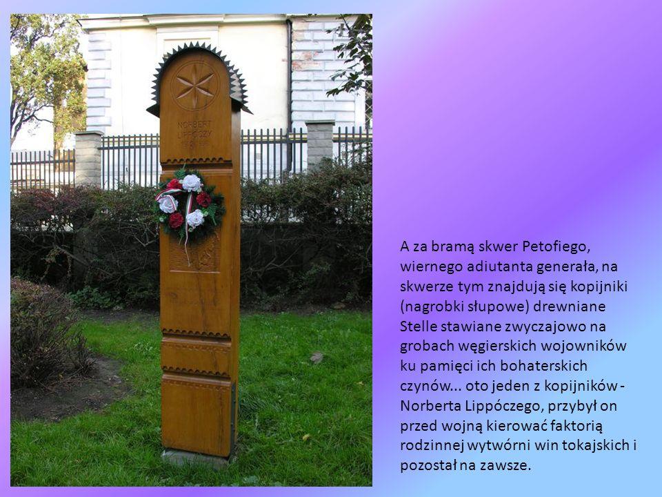 A za bramą skwer Petofiego, wiernego adiutanta generała, na skwerze tym znajdują się kopijniki (nagrobki słupowe) drewniane Stelle stawiane zwyczajowo na grobach węgierskich wojowników ku pamięci ich bohaterskich czynów...