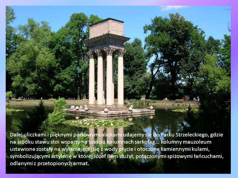 Dalej uliczkami i pięknymi parkowymi alejkami udajemy się do Parku Strzeleckiego, gdzie na środku stawu stoi wsparty na sześciu kolumnach sarkofag...