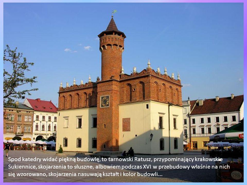 Spod katedry widać piękną budowlę, to tarnowski Ratusz, przypominający krakowskie Sukiennice, skojarzenia to słuszne, albowiem podczas XVI w przebudowy właśnie na nich się wzorowano, skojarzenia nasuwają kształt i kolor budowli...