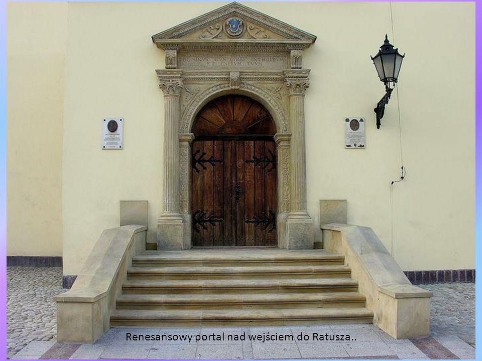 Renesansowy portal nad wejściem do Ratusza..