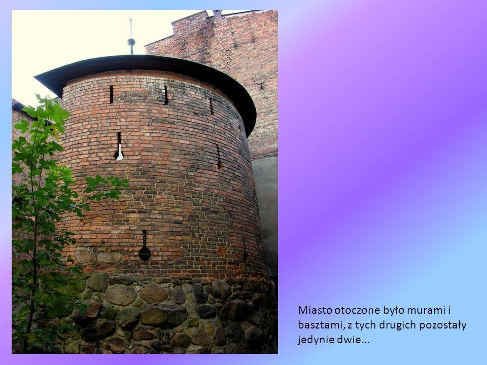 Miasto otoczone było murami i basztami, z tych drugich pozostały jedynie dwie...
