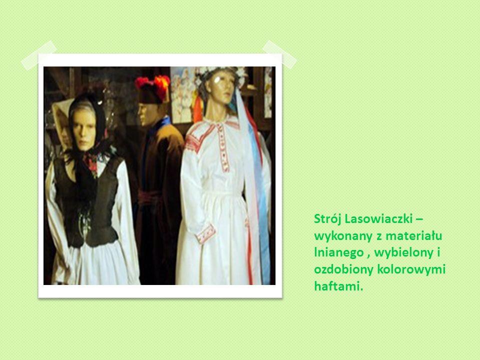 Strój Lasowiaczki – wykonany z materiału lnianego , wybielony i ozdobiony kolorowymi haftami.
