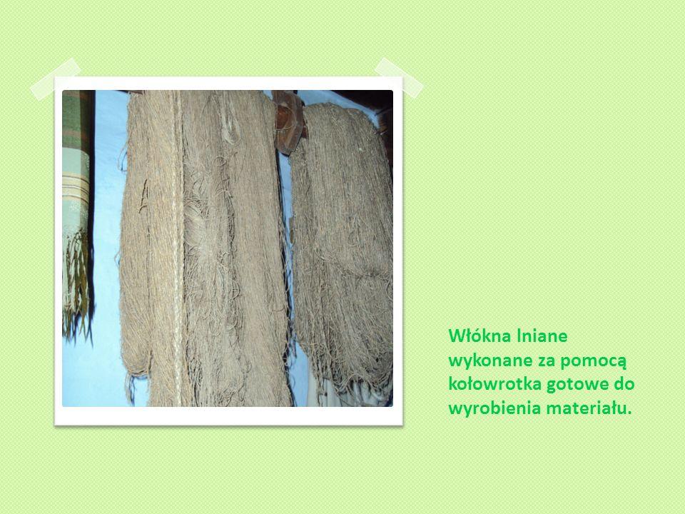 Włókna lniane wykonane za pomocą kołowrotka gotowe do wyrobienia materiału.