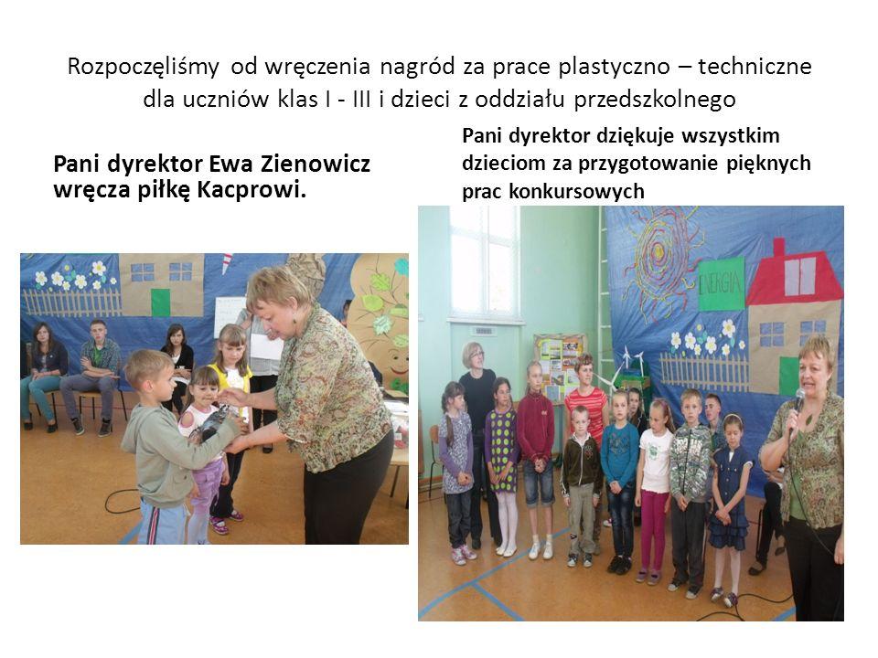 Pani dyrektor Ewa Zienowicz wręcza piłkę Kacprowi.
