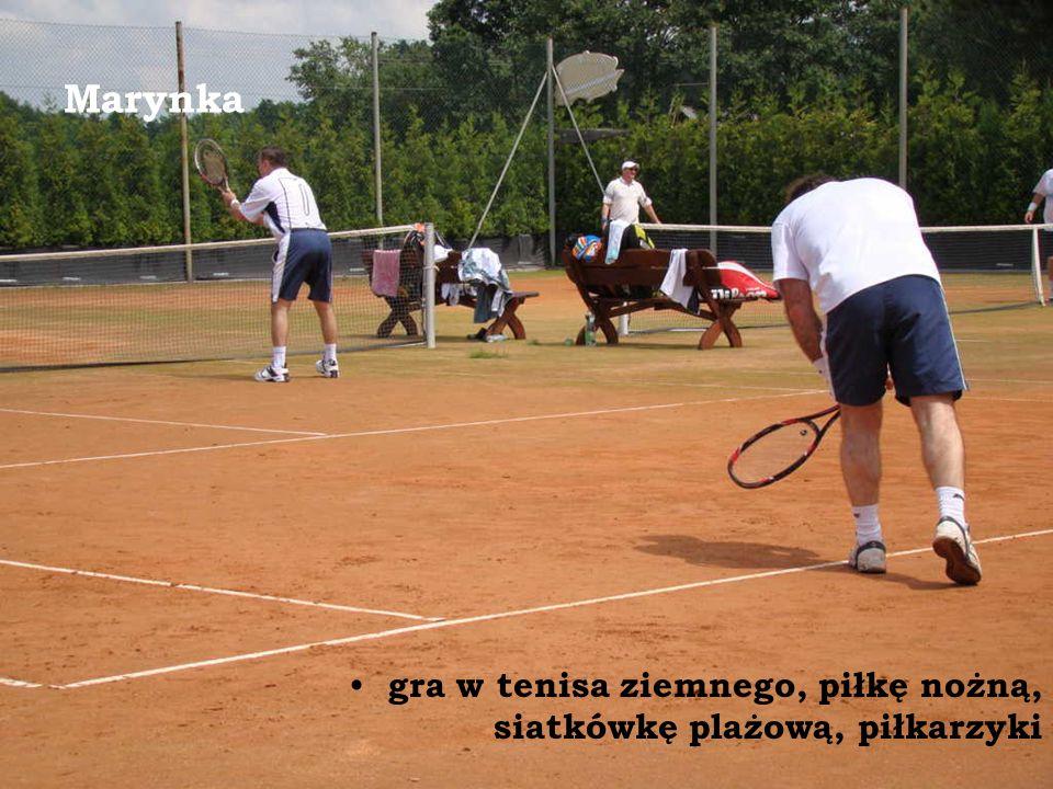 Marynka gra w tenisa ziemnego, piłkę nożną, siatkówkę plażową, piłkarzyki