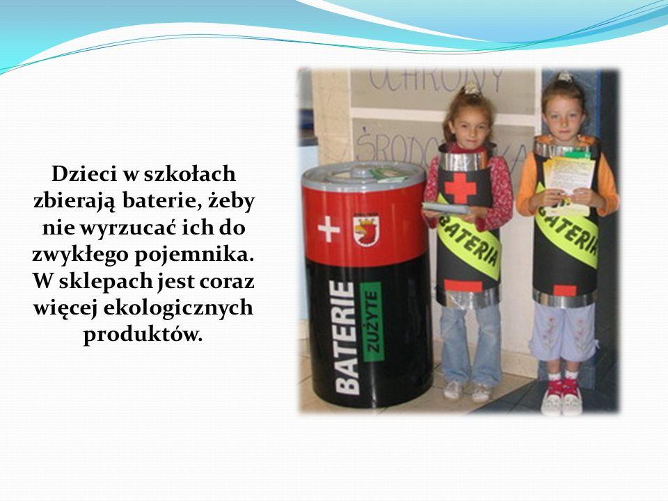 Dzieci w szkołach zbierają baterie, żeby nie wyrzucać ich do zwykłego pojemnika.