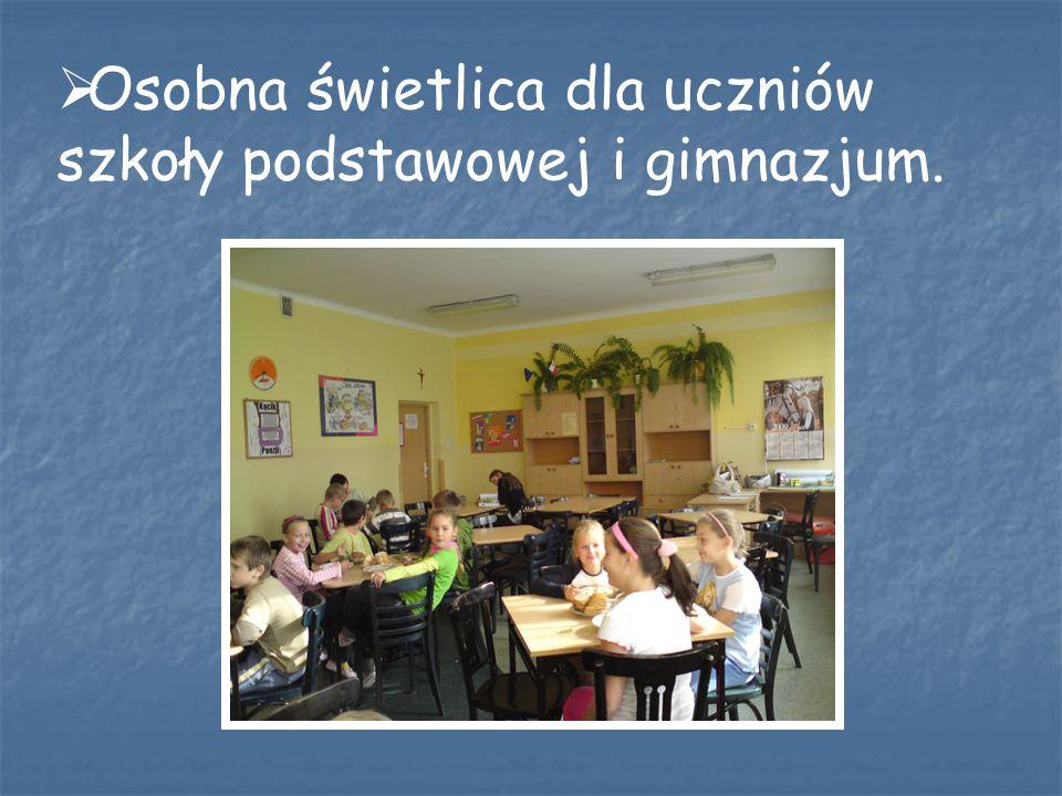 Osobna świetlica dla uczniów szkoły podstawowej i gimnazjum.