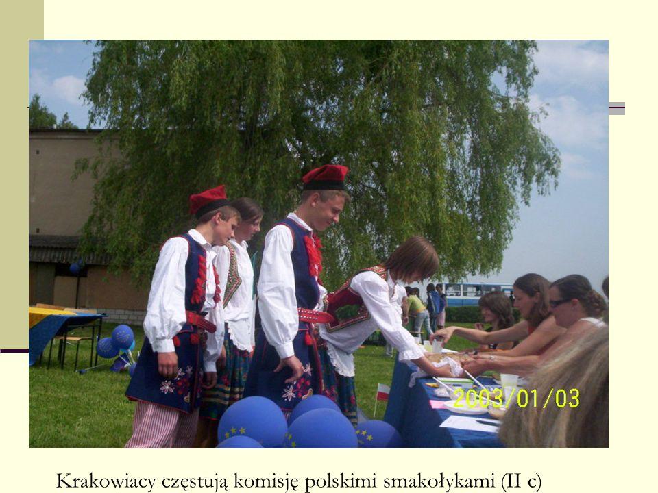 Krakowiacy częstują komisję polskimi smakołykami (II c)