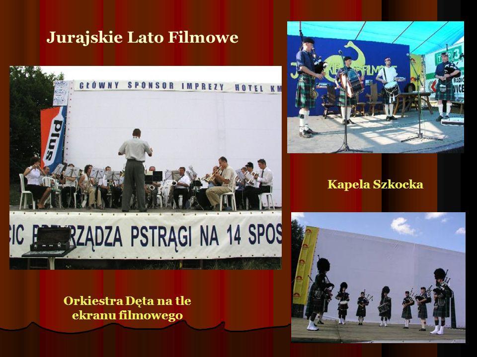 Jurajskie Lato Filmowe Orkiestra Dęta na tle ekranu filmowego