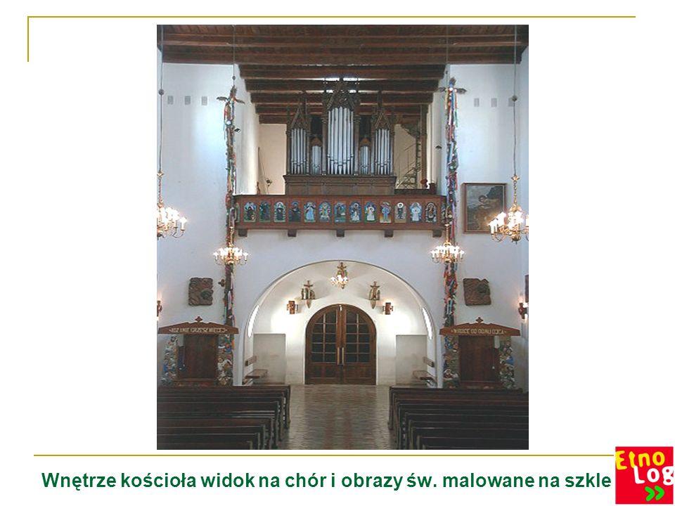 Wnętrze kościoła widok na chór i obrazy św. malowane na szkle